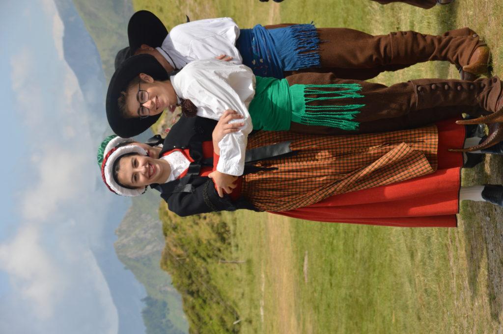 biroussans en costume de fete